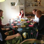 På tal om 6:s samverkansgrupp diskuterar och fikar